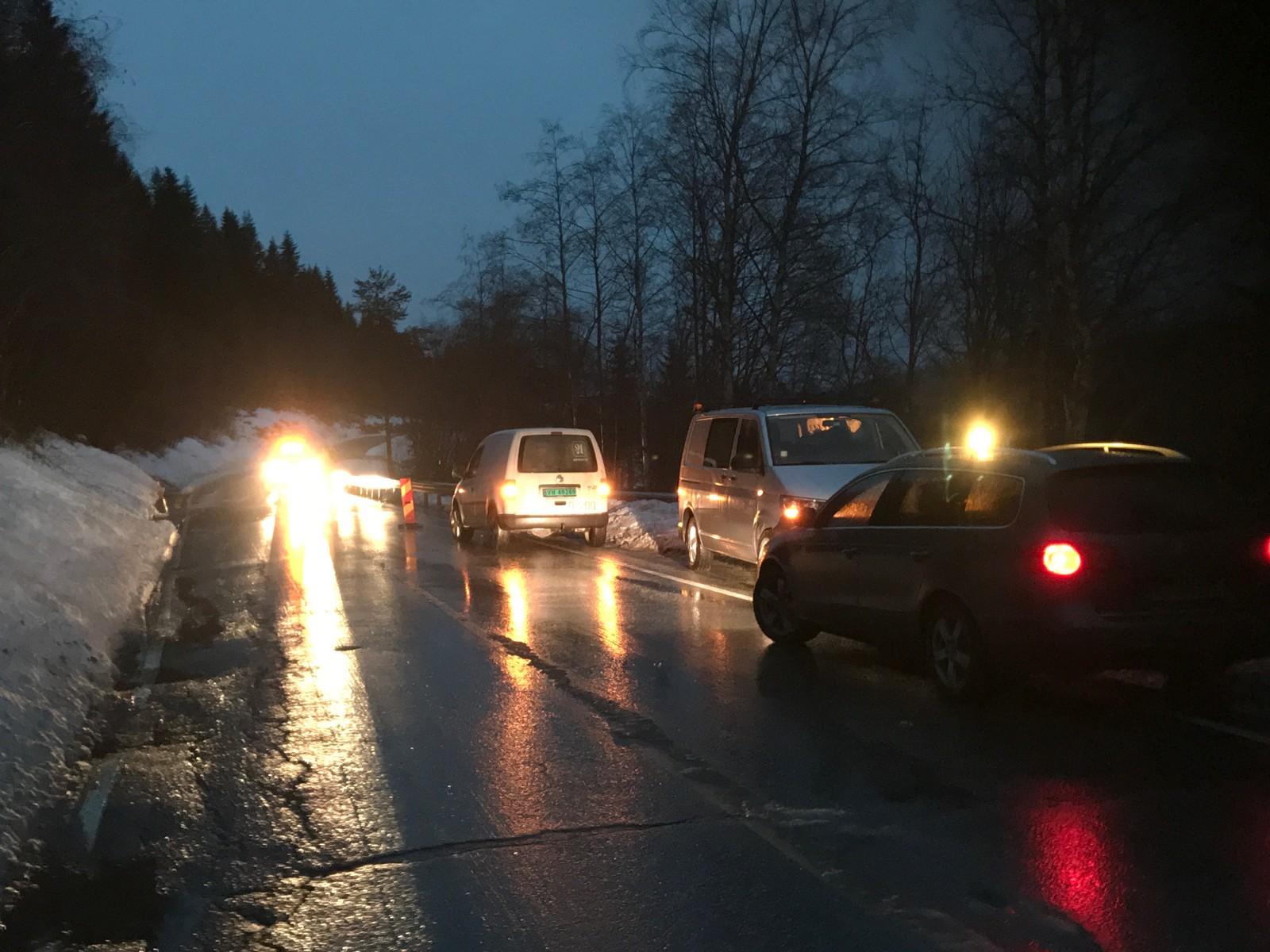 Trafikken på fylkesveg 30 ble stoppet i forbindelse med togavsporingen.