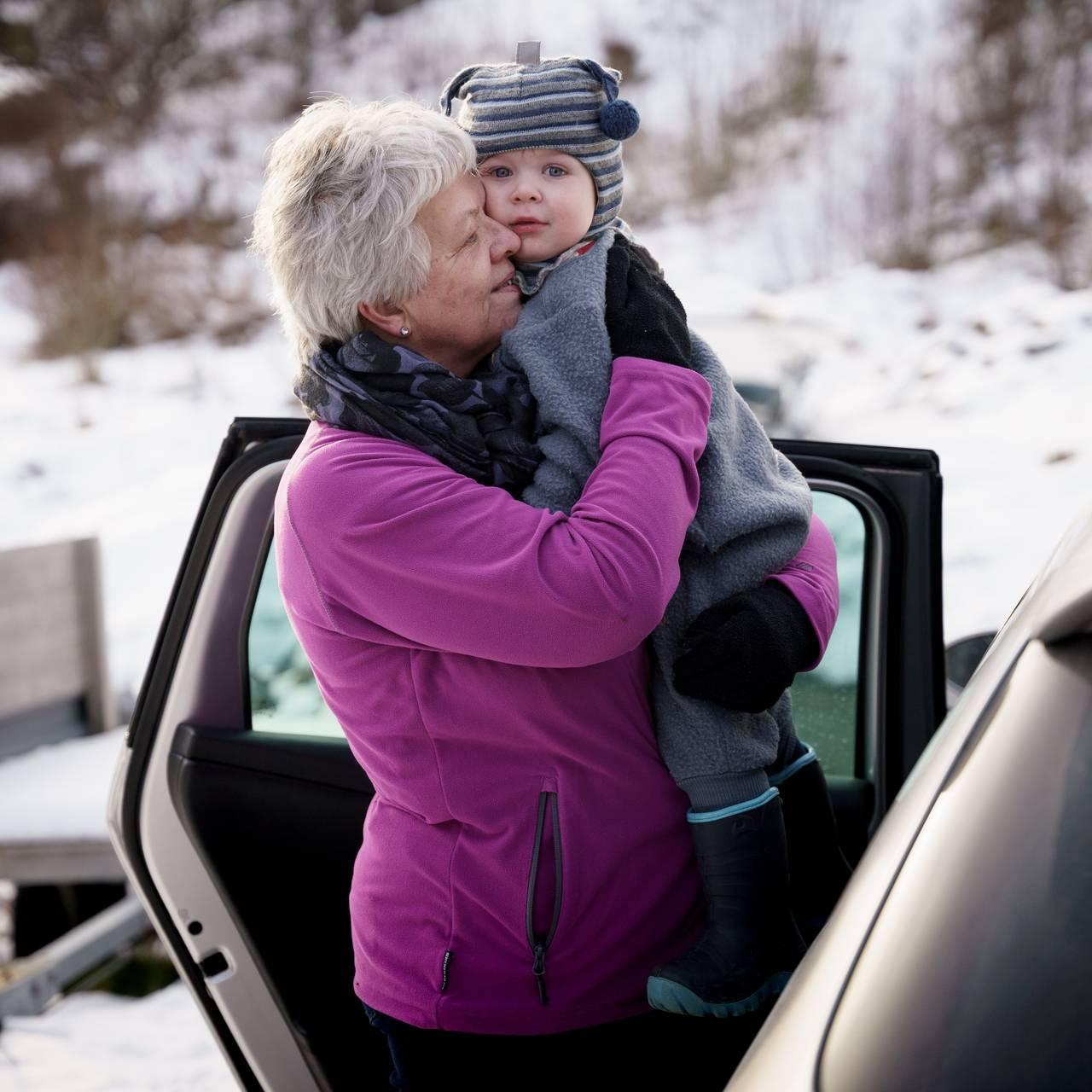 Barnebarnet Henrik er to år og elsker å besøke