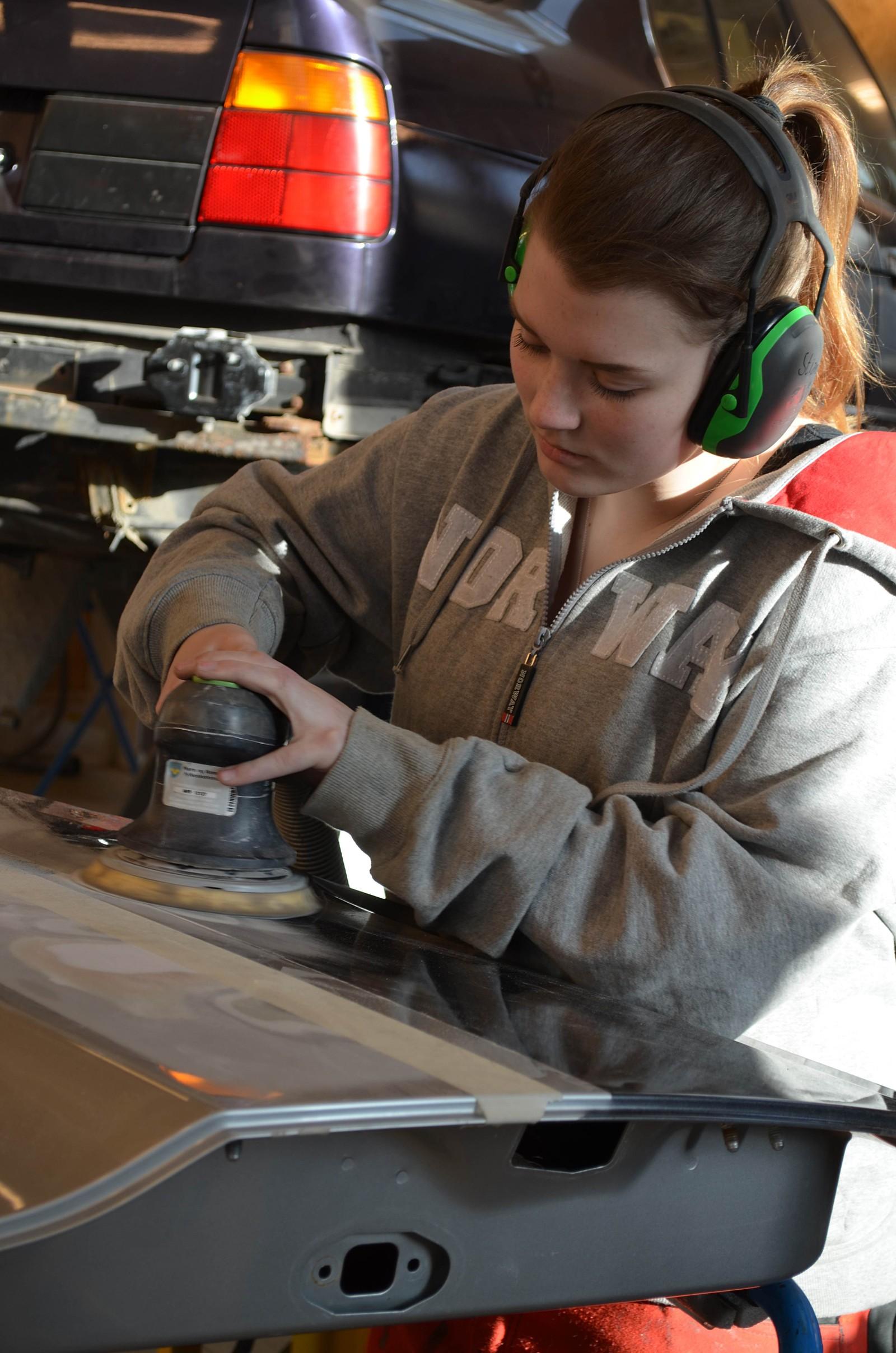 Beatrice Bjørkedal tok 1.plass for teknikk og industriell produksjon, bilskade-lakk.