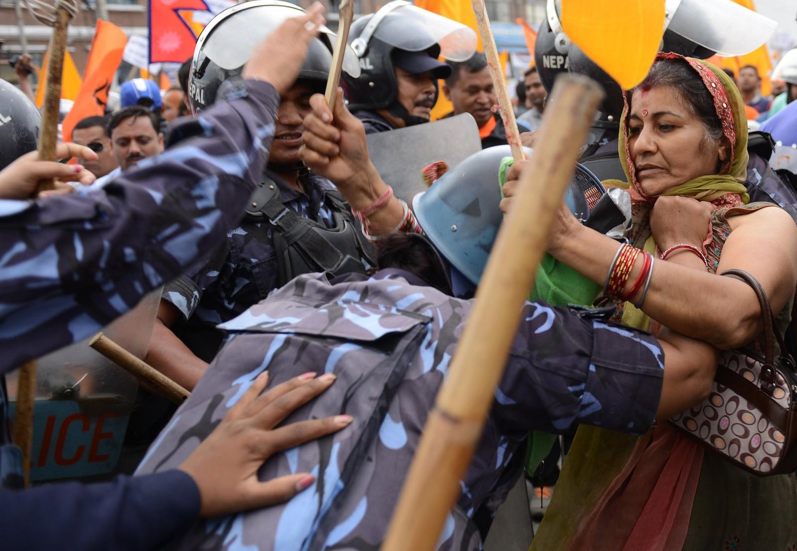 Nepalsk politi stopper hindu-aktivister som prøver å komme seg forbi det avsperrede området rundt parlamentet i Kathmandu. Demonstrantene krever at Nepal skal erklæres en hindustat igjen. Denne uken fortsatte jobben med utkastet til Nepals nye grunnlov.