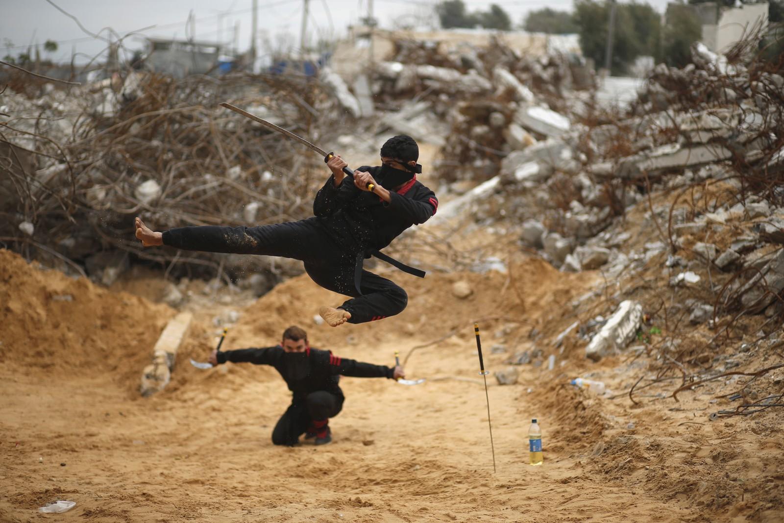 Palestinske ungdommer viser fram sine ninja-lignende ferdigheter foran ruiner av bygninger i Gaza. Guttene har gått i trening i to år, og håper nyhetsbyråenes bilder vil sørge for oppmerksomhet nok til at de blir invitert til internasjonale konkurranser.