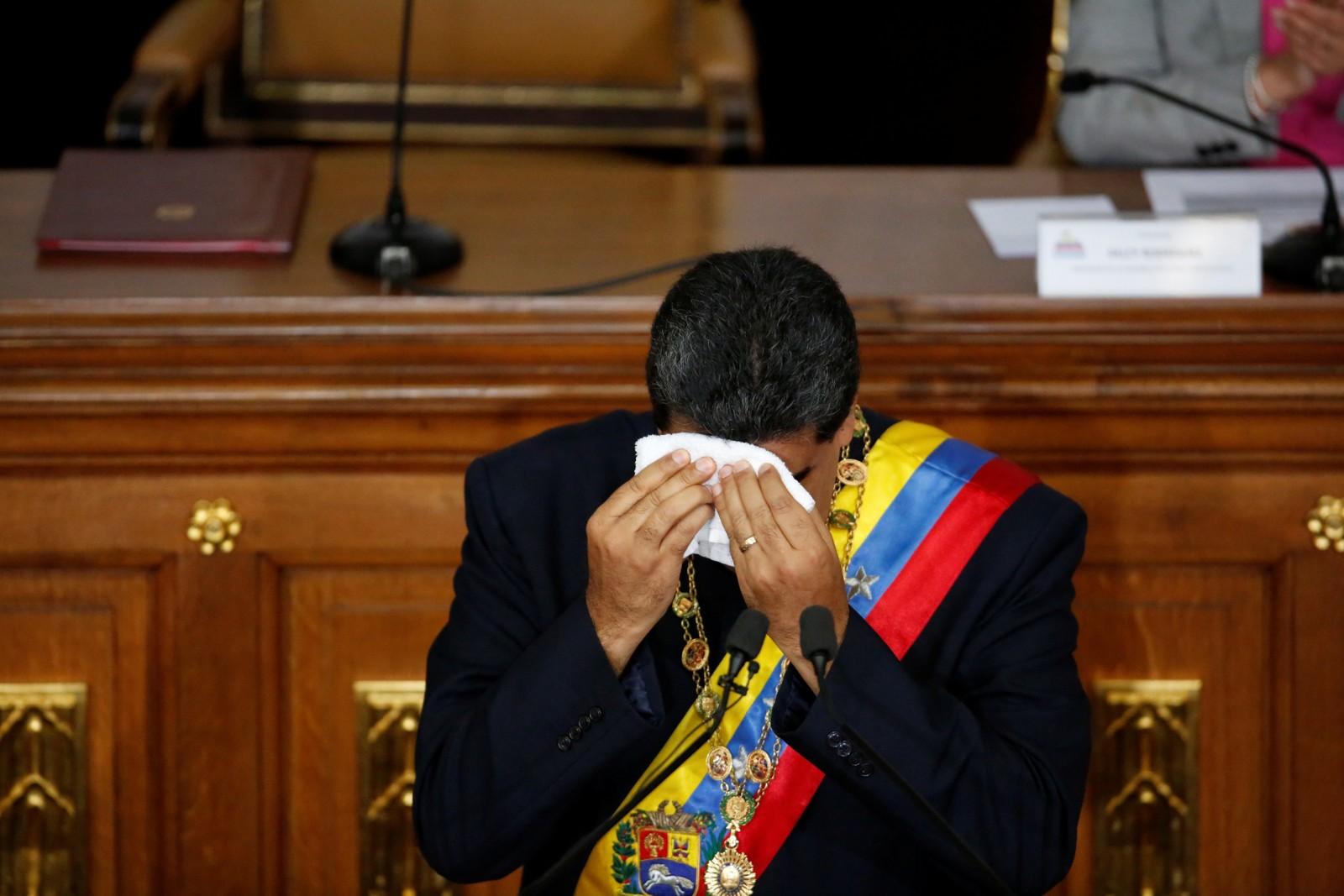 Venezuelas president Nicolas Maduro tørker svetten under sin tale til nasjonalforsamlingen i hovedstaden Caracas torsdag.