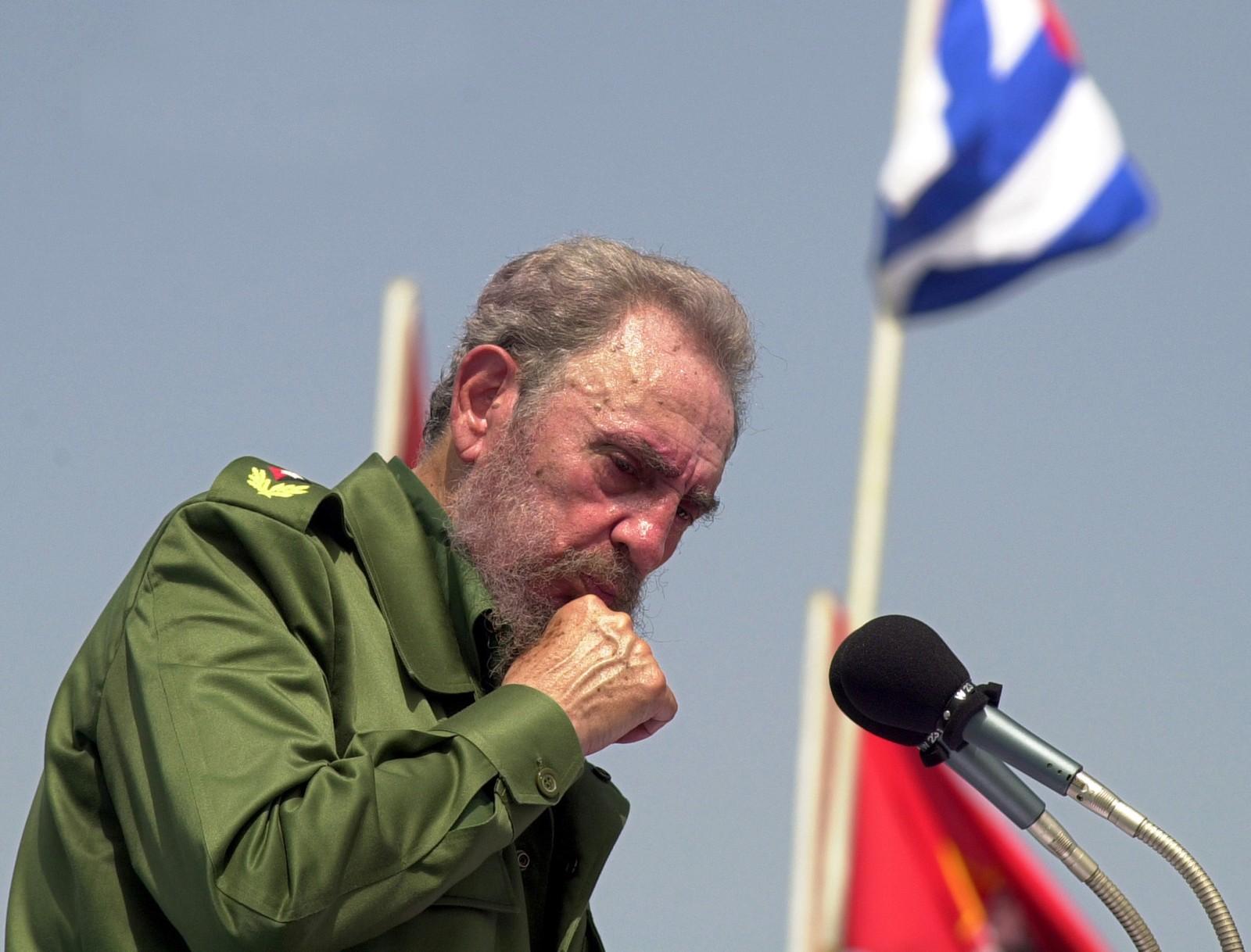 I 2001 kom de første tegnene på at Cubas sterke mann og revolusjonshelt bare var et menneske, hvis helse også kunne svikte. Her avbildet minutter før han besvimer på talerstolen.