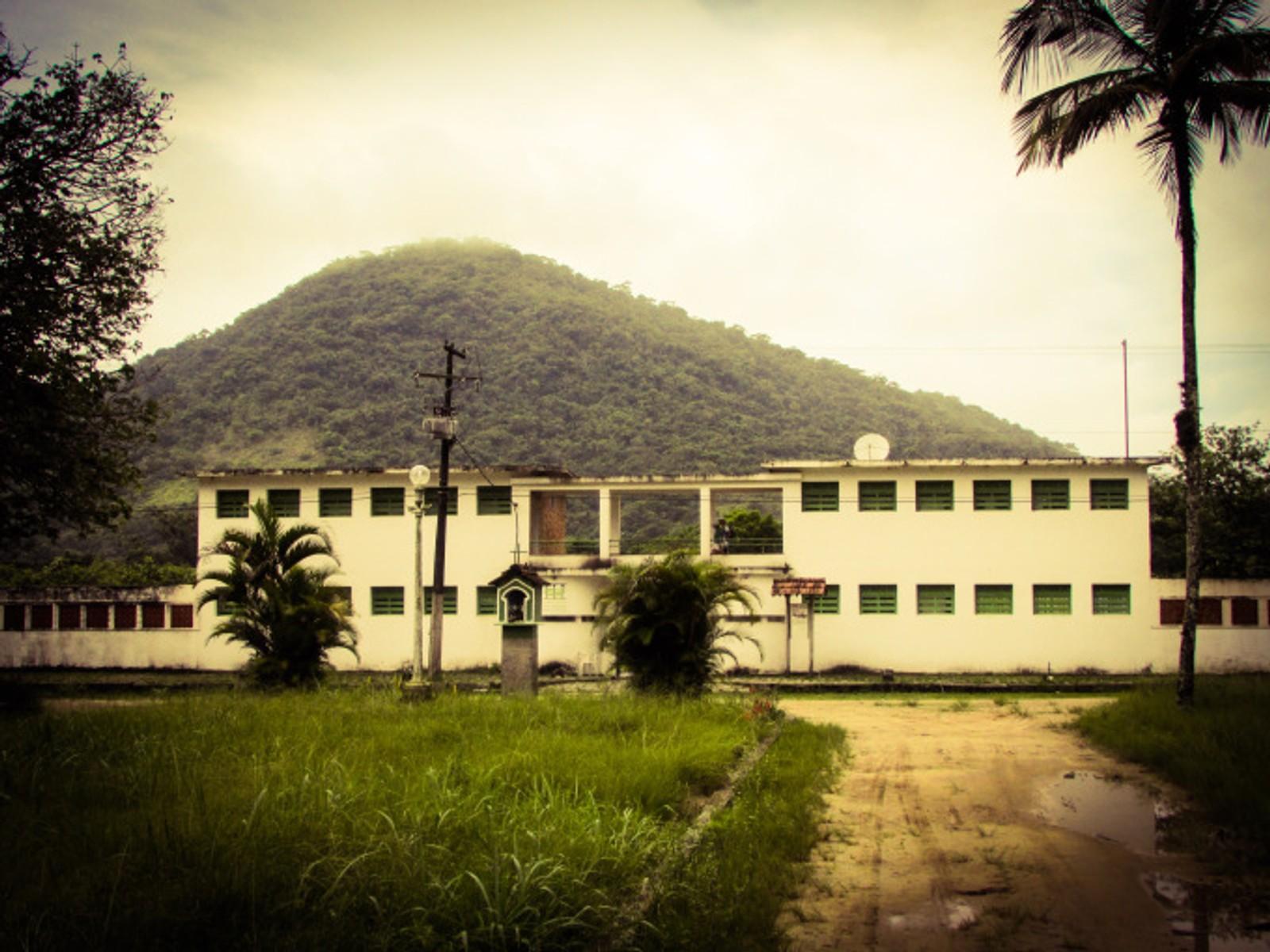 Inngangspartiet til Cândido Mendes-fengselet står fortsatt igjen.