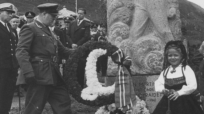 Kong Olav legg ned krans ved Linge-monumentet i samband med avdukinga i 1966.