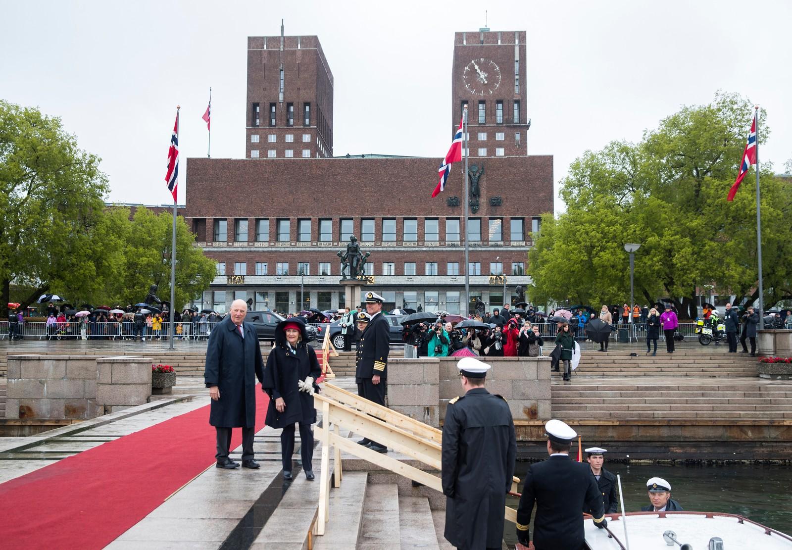 Publikum og et stort pressekorps utenfor rådhuset idet kong Harald og dronning Sonja ankommer Honnørbrygga ved avreise til Kongeskipet Norge onsdag., der gjestene var invitert til lunsj.
