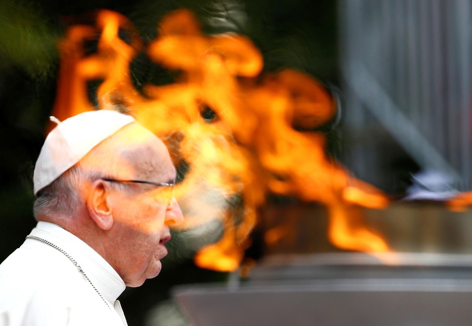 Pave Frans taler til publikum utenfor presidentpalasset i Bogota i Colombia.