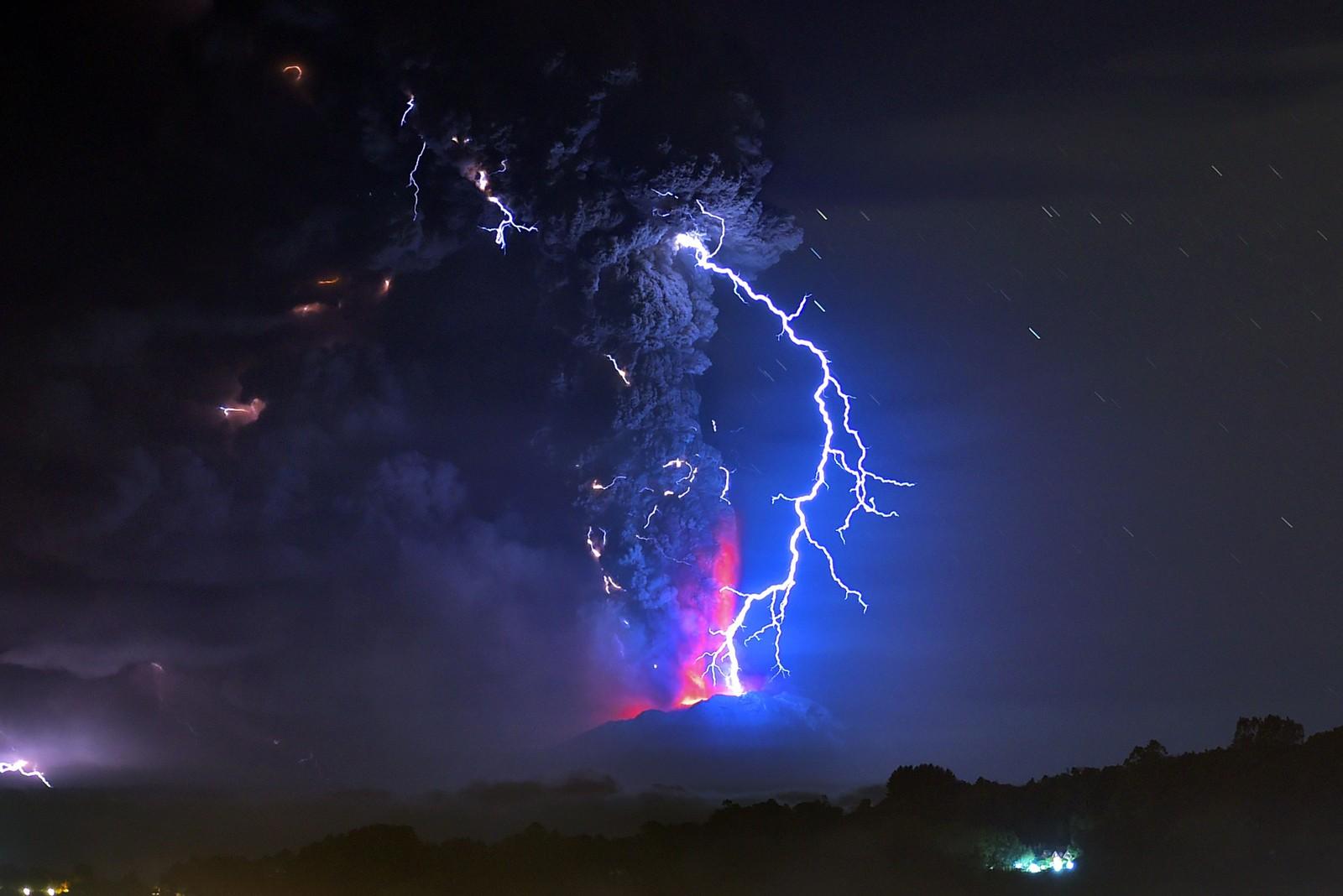 Lava og lyn fotografert fra Frutlillar, sør i Chile. Vulkan-utbruddet fra Calbuco i mars og april gjorde at innbyggere innenfor en radius på en mil måtte evakuere.