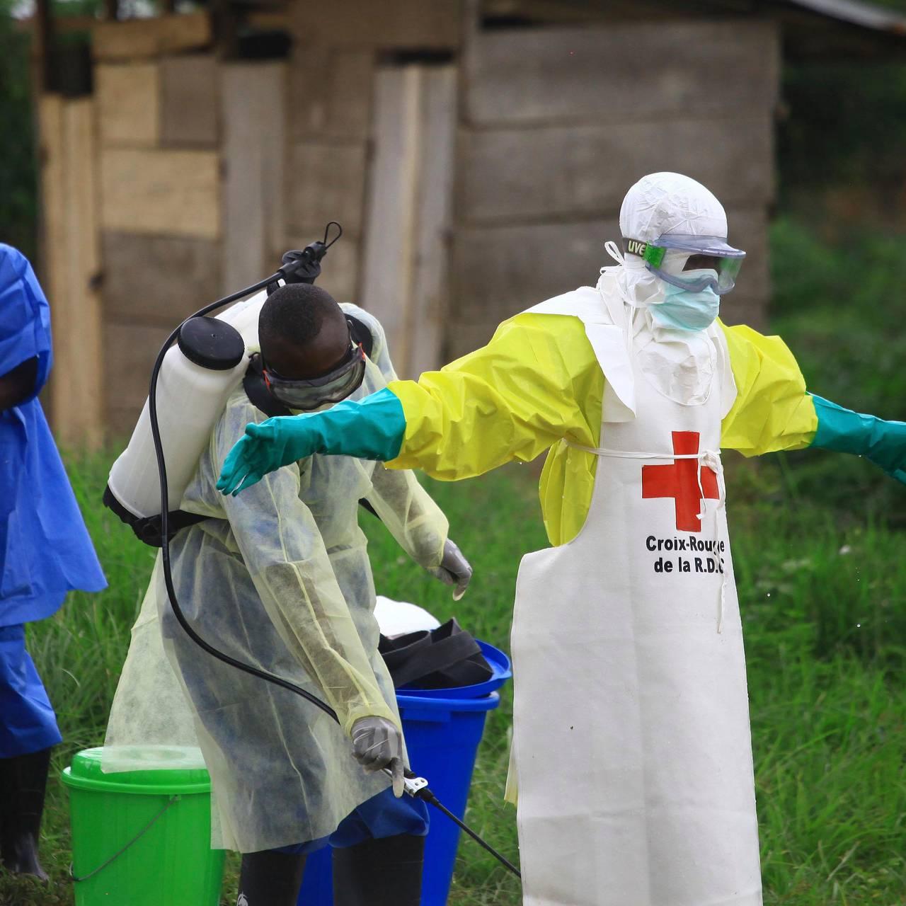 Helsearbeidere blir desinfisert i byen Beni i det østlige Kongo.