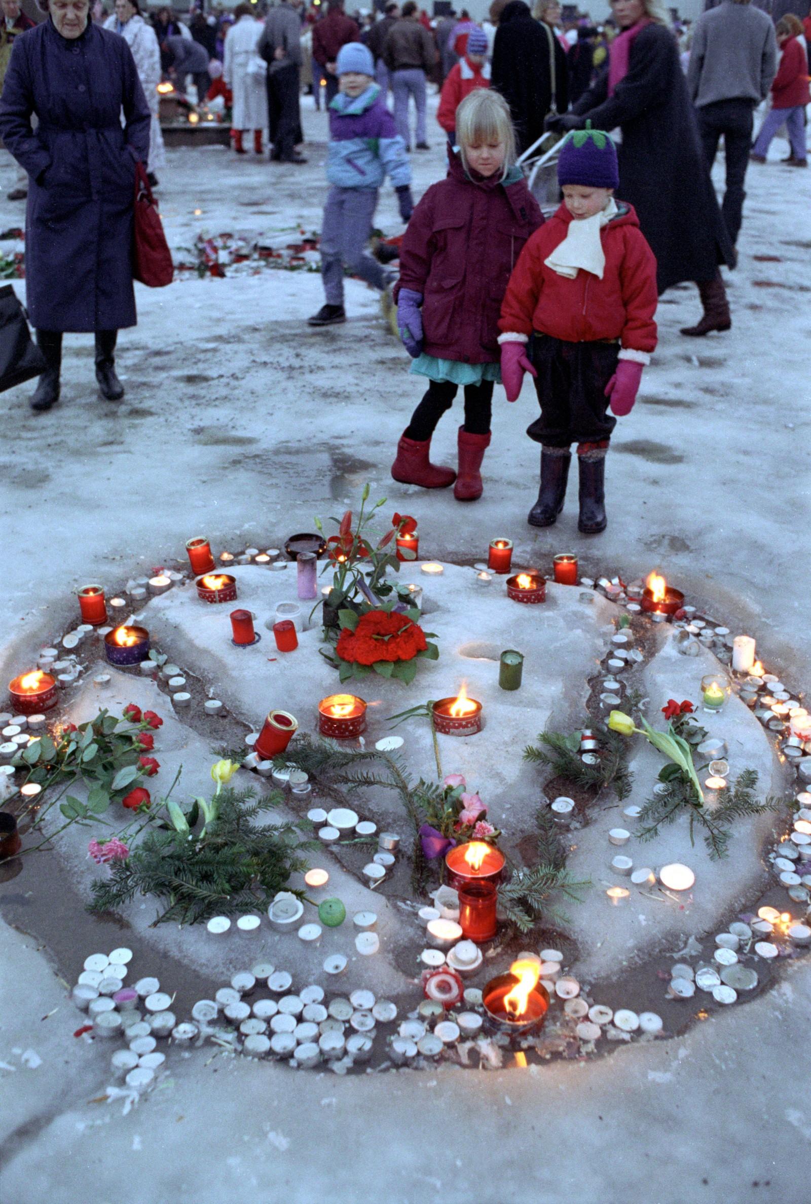 Folk strømmet til - etter to dager var det ingen tegn på at det ble færre lys og blomster.