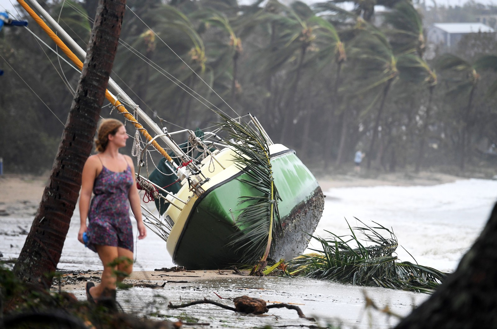 En båt er blåst opp på land ved Airlie Beach på Queenslands østkyst.