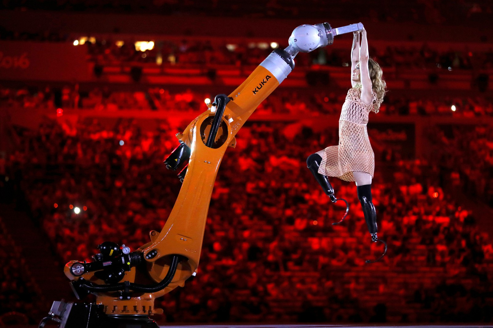 Amy Purdy danser med en robot under åpningsseremonien av Paralympics i Rio i Brasil den 7. september.