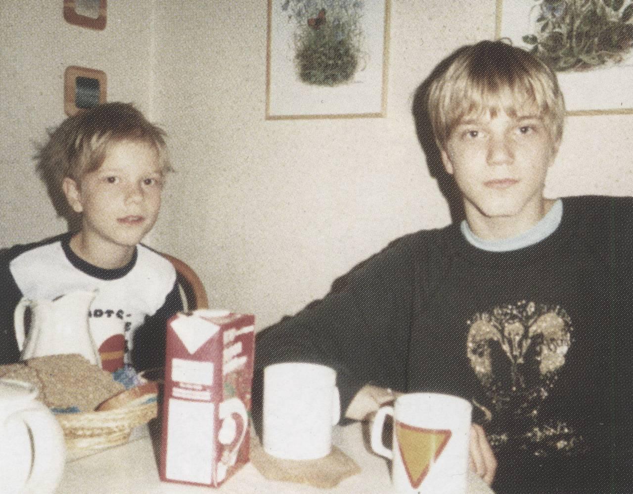 Pelle og Anders Ohlin som barn. Pelle ser rett i kameraet med en alvorlig mine.