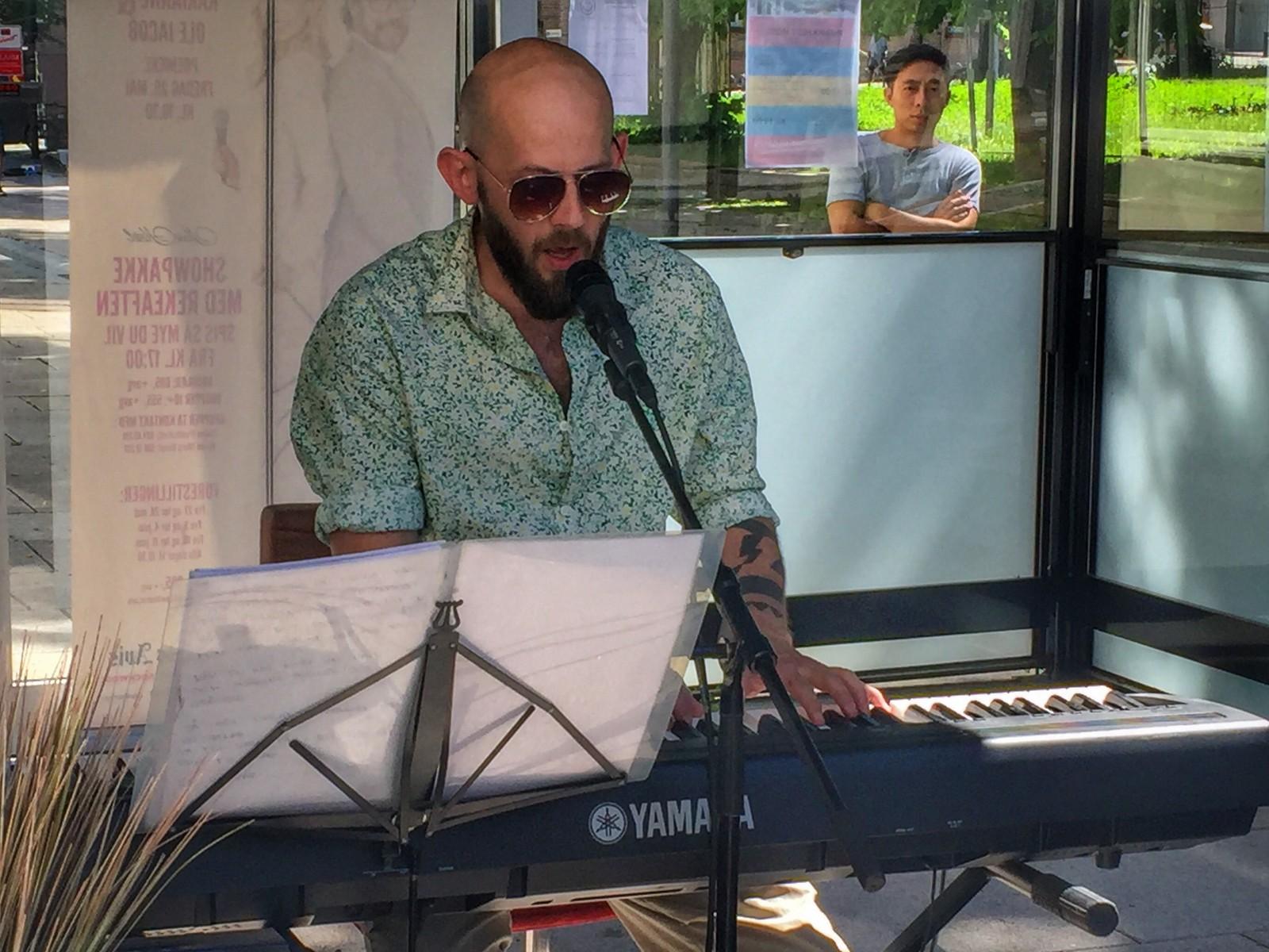 Piano og vokal. Arild Settli på Café Scala.
