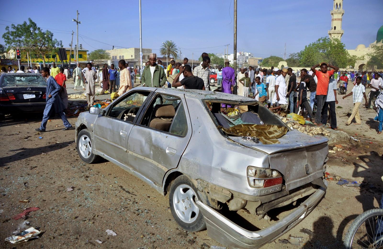 Ein bil er heilt øydelagd av dei voldsomme eksplosjonane.