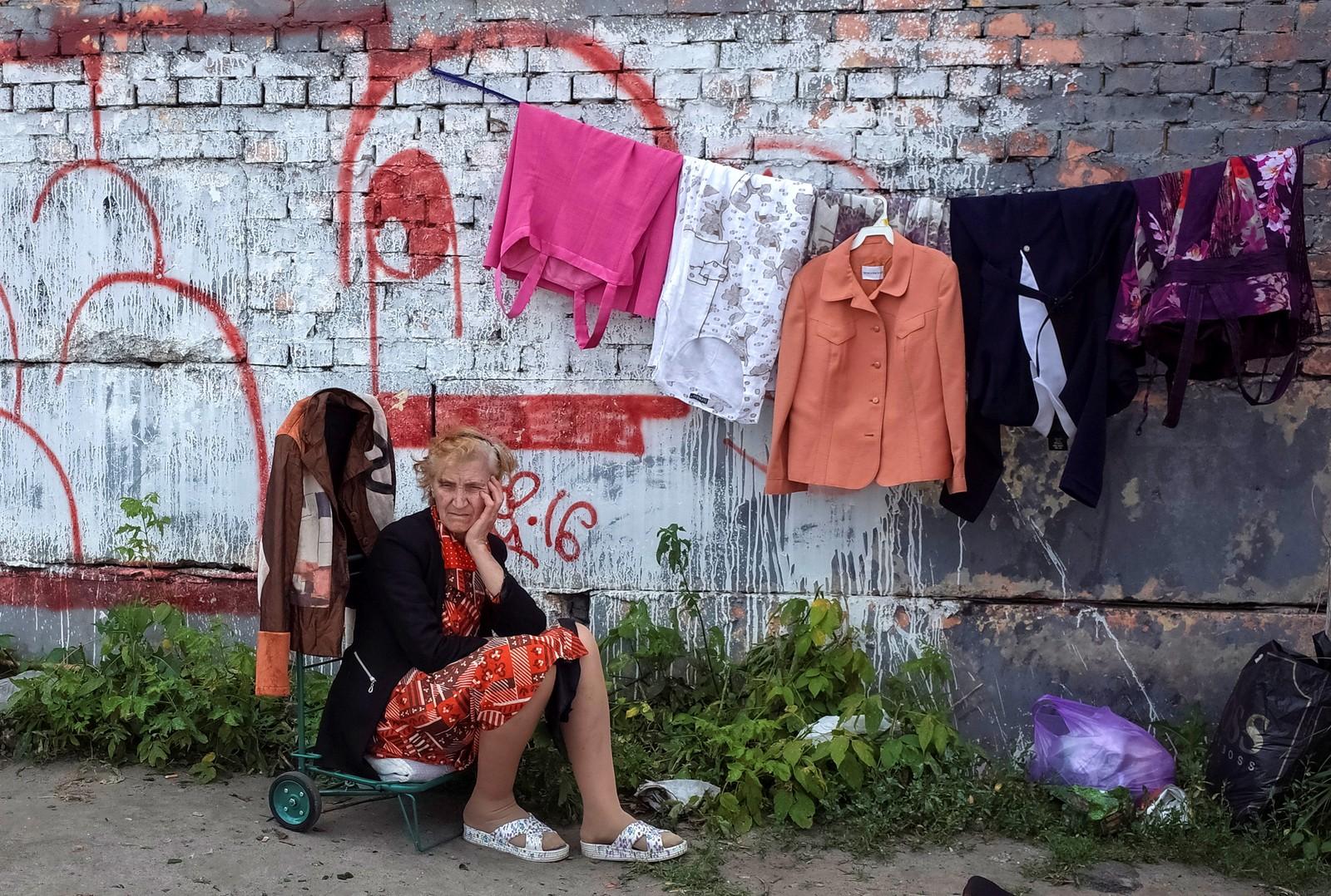 En kvinne venter på kunder på et loppemarked i Kiev i Ukraina.