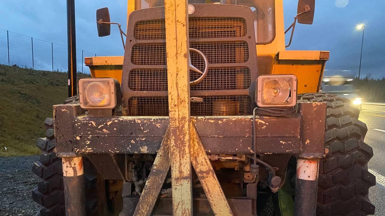 Traktor med ødelagte lys