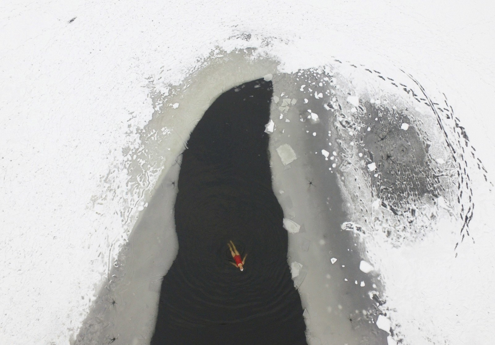 En kvinne tar seg et iskaldt bad i en delvis gjenfrosset innsjø i Shenyang, Kina.