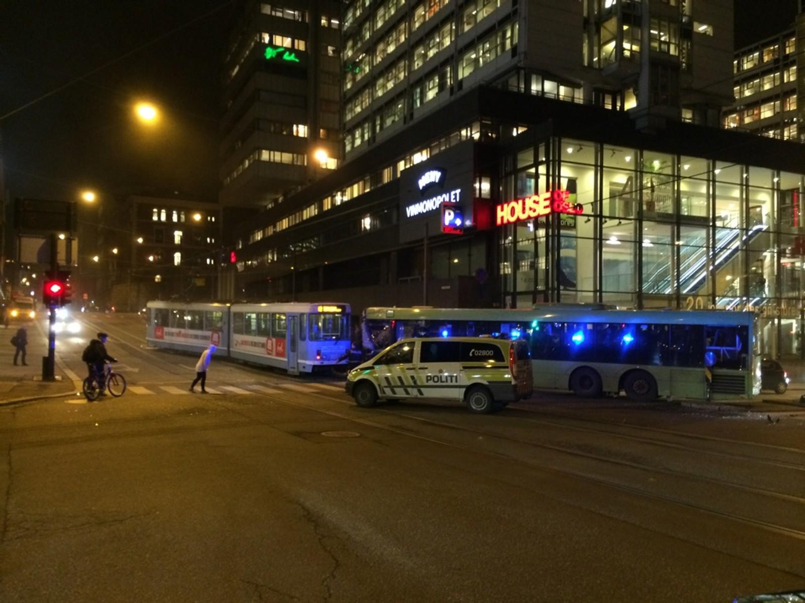 Ulykken skjedde da bussen kjørte på rødt lys og traff trikken i siden.