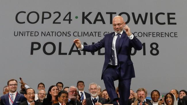 Michal Kurtyka hopper av glede etter at han har banket gjennom avtalen på klimatoppmøtet.