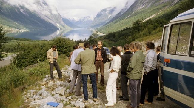 Frå ei synfaring under vegbygginga mellom Lunde og Fjærlandstunnelen i 1984. Foto: Sogn og Fjordane fylkeskommune/Fylkesarkivet.