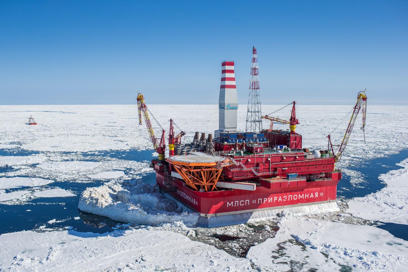 TUNG IS PÅ ALLE KANTER: Oljeriggen Prirazlomnaya ligger i Petsjorahavet, sør for Novaja Semlja. Riggen er drevet av Gazprom og omtales som verdens første ismotstandsdyktige plattform.