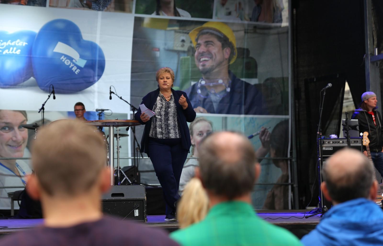 Solberg holdt tale fra scenen på Torgallmenningen.