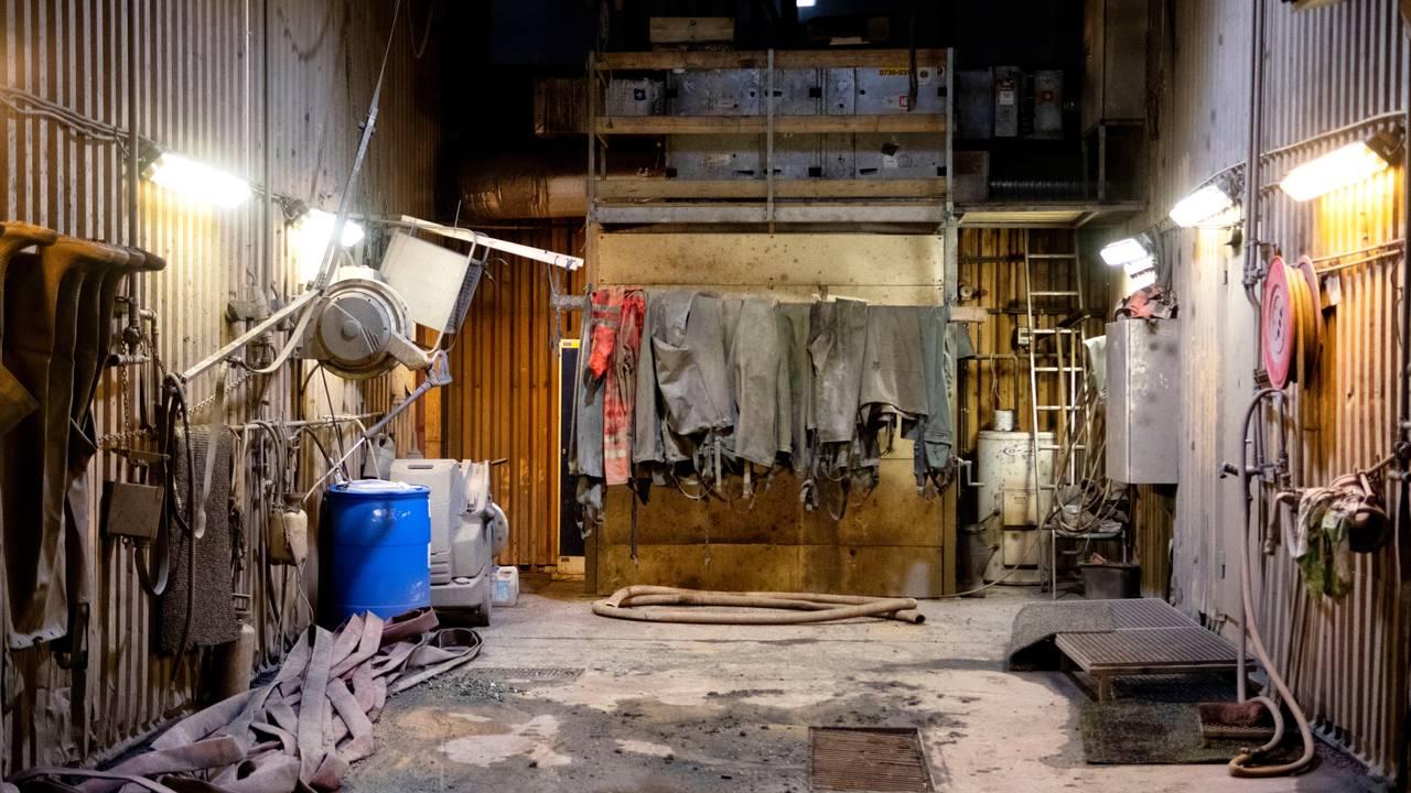 Vadebuksene henger ennå i garasjen etter sommerens oversvømmelse i gruven. Foto: Line Nagell Ylvisåker