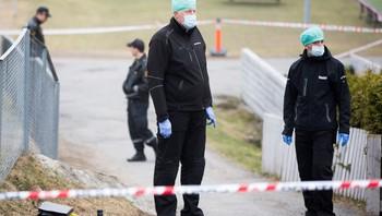 Kriminalteknikere undersøker området hvor en mann ble funnet drept på Lindeberg i Oslo