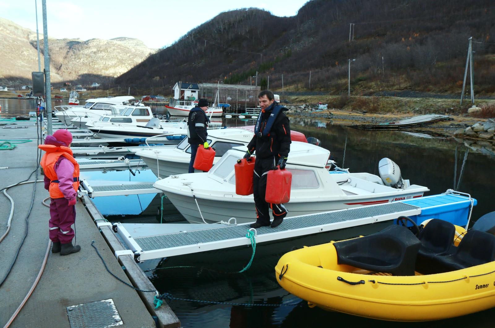 Vegard Nilsen og dattera må bruke båt for å skaffe drivstoff og handle mat.