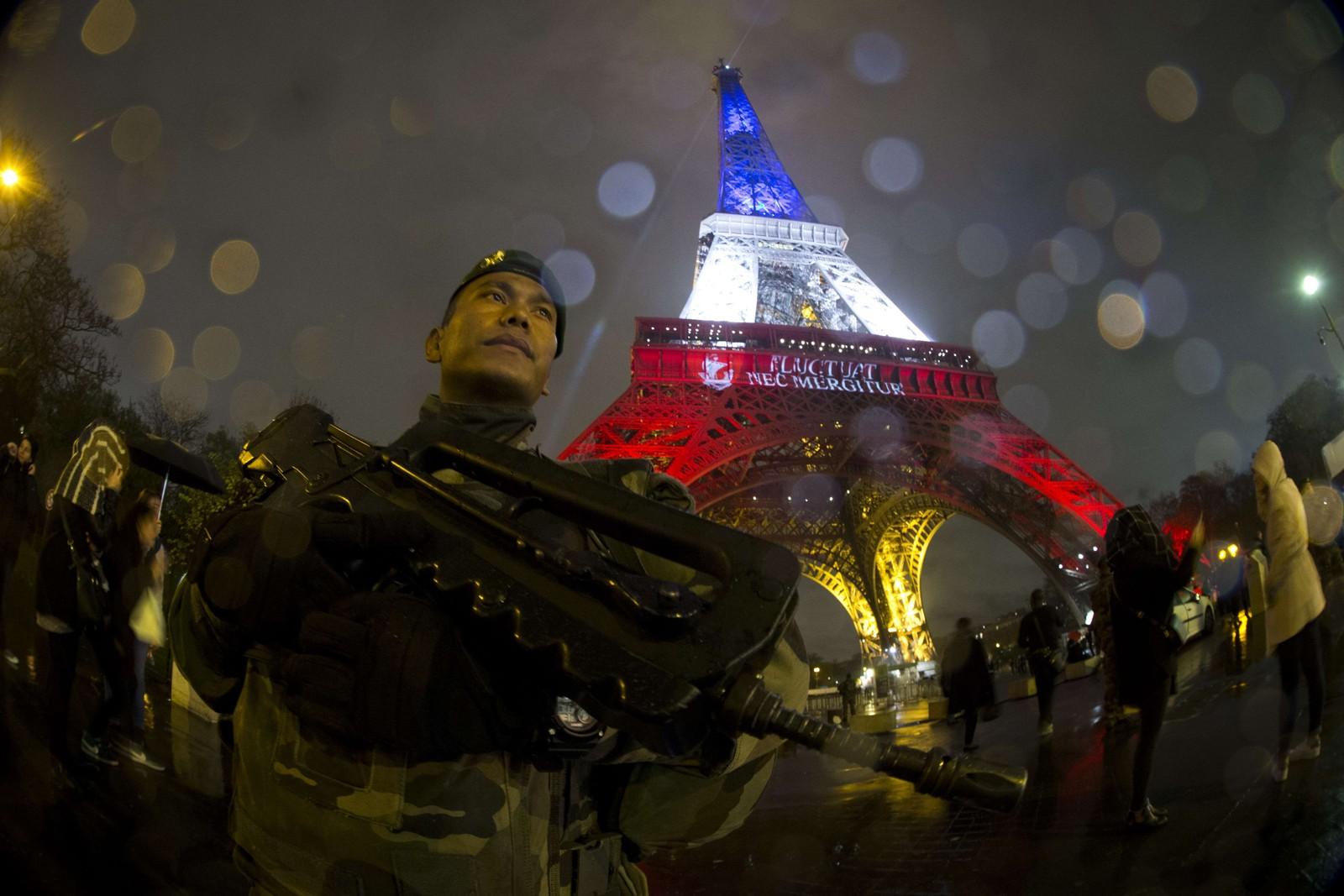 En fransk soldat står vakt foran Eiffeltårnet 17. november, fire dager etter terrorangrepene som tok livet av 130 mennesker.
