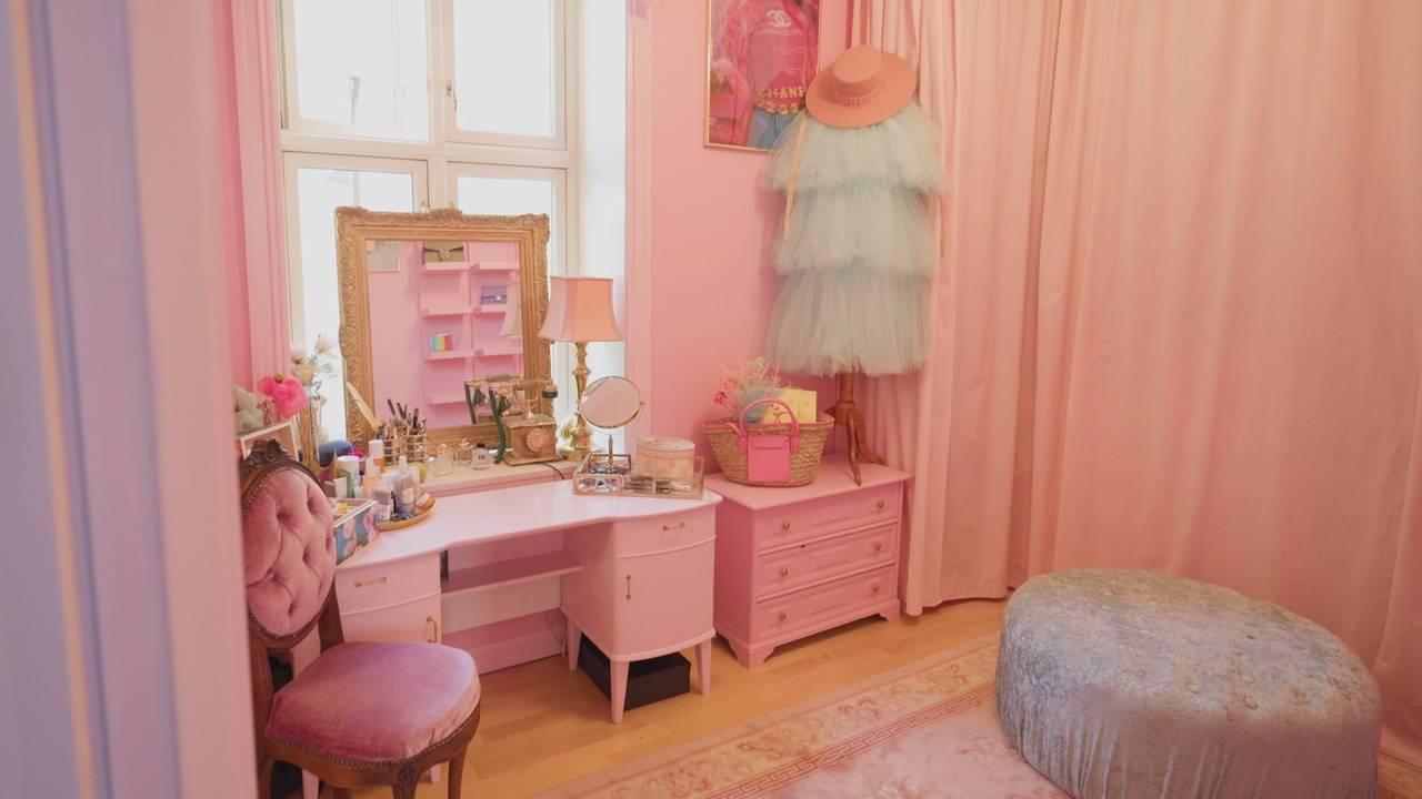 Fargar i heimen er blitt meir populært. Her illustrert med rosa møblar.