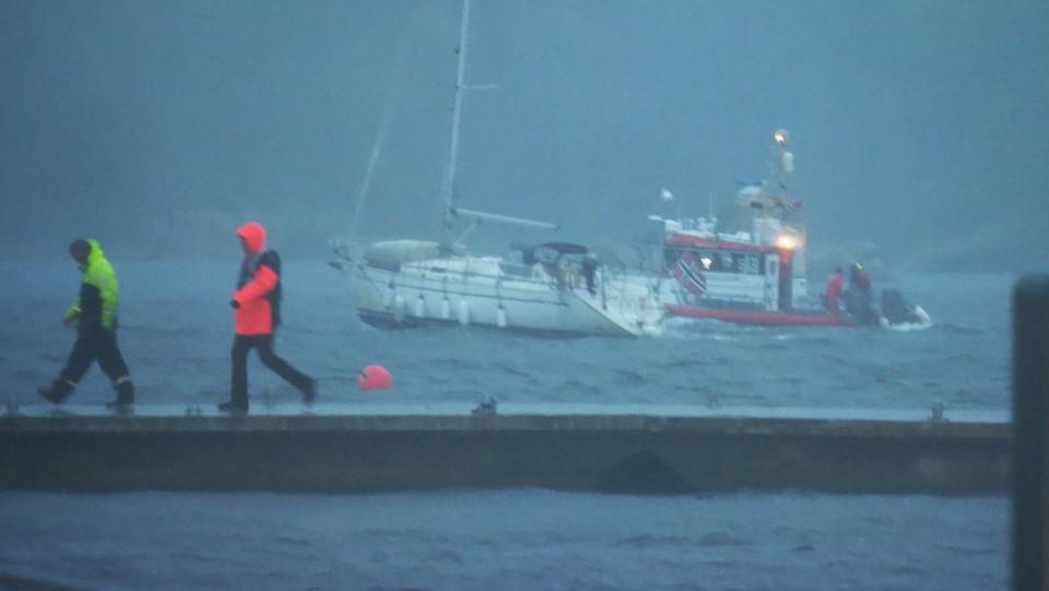 Politiet i Agder ber båteiere om å ta en sjekk i båthavnene nå i kveld. Det er nå kraftig vind langs kysten og denne seilbåten sleit seg i havneområdet i Kristiansand. Vi ser her redningsskøyta bistår for å få kontroll.