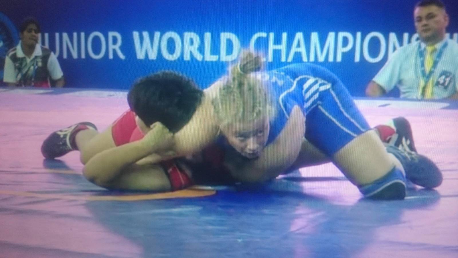 Signe Marie Fidje Store i blå drakt vinner på fallseier over Divya Kakran fra India, og kvalifiserte seg dermed til bronsefinale i junior-VM.