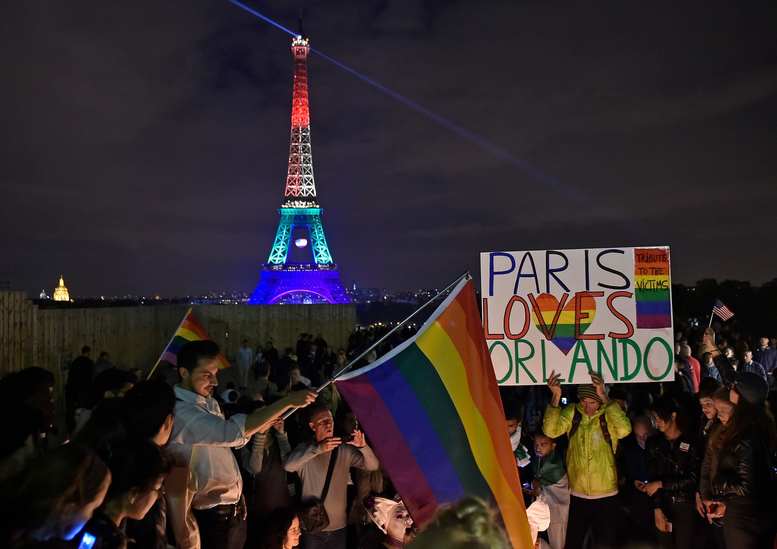 FRANKRIKE: Eiffeltårnet i Paris ble lyst opp i regnbuens farger til minne om ofrene etter skytemassakren i Orlando, Florida.