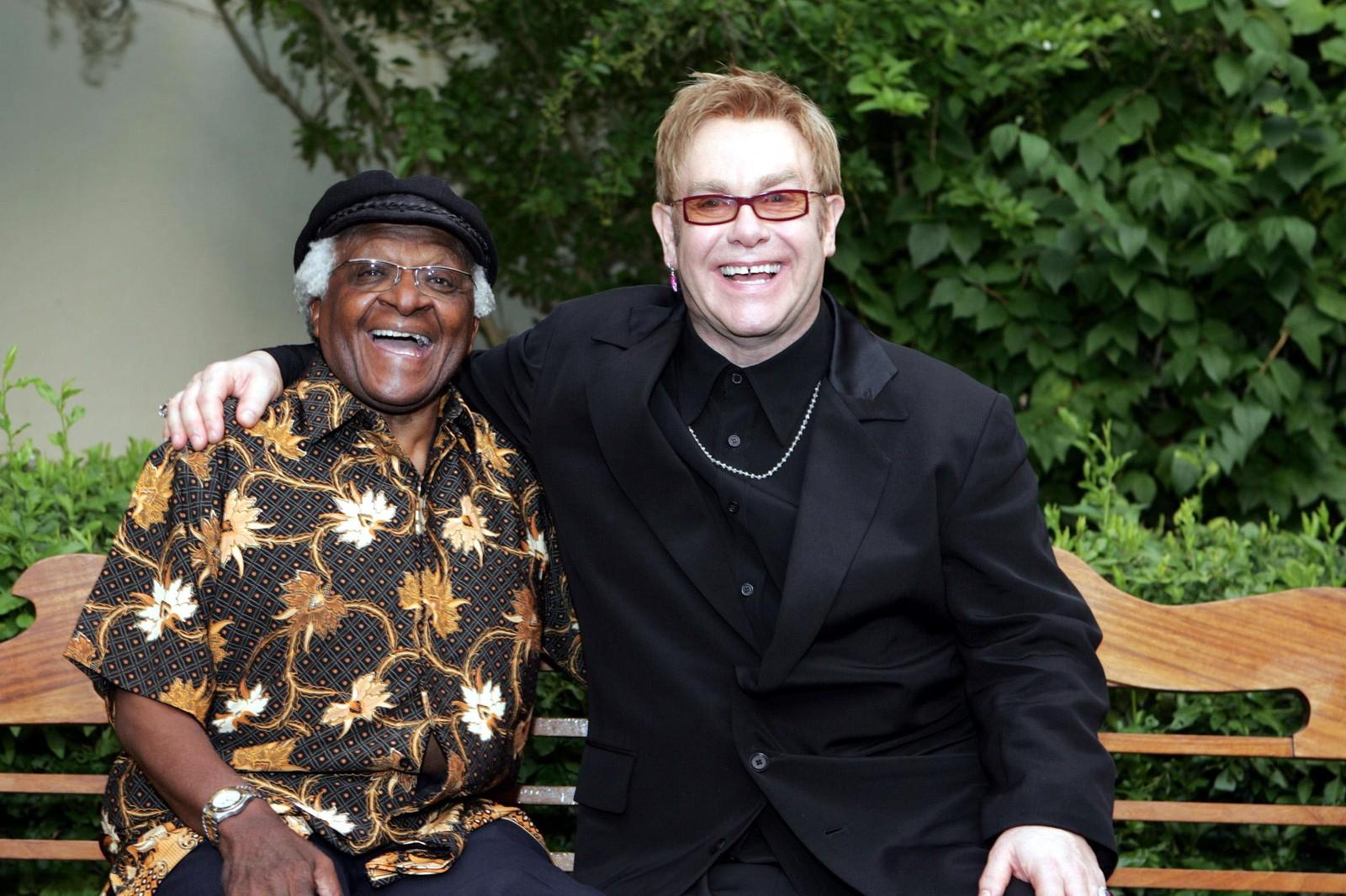 2004: Den Sør-Afrikanske erkebiskopen Desmond Tutu på plass under Elton John sitt veldedighetsball utanfor Cape Town 8. januar. 500 gjester deltok på begivenheten som samla inn sju millionar sørafrikanske rand til ulike AIDS-formål i Sør-Afrika.