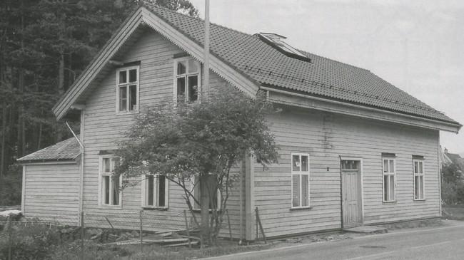 Dette huset, bygt i 1890, var det første kommunehuset i Vik. Fram til 1959 husa det både kommuneadministrasjonen og Vik Sparebank. Foto: Arne Inge Sæbø.