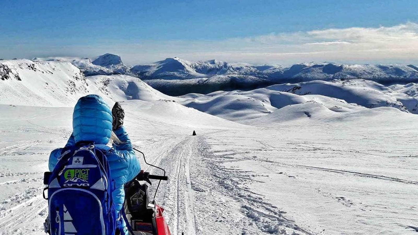Uendeleg vakkert i kvitt og blått i Nordfjord i påska.