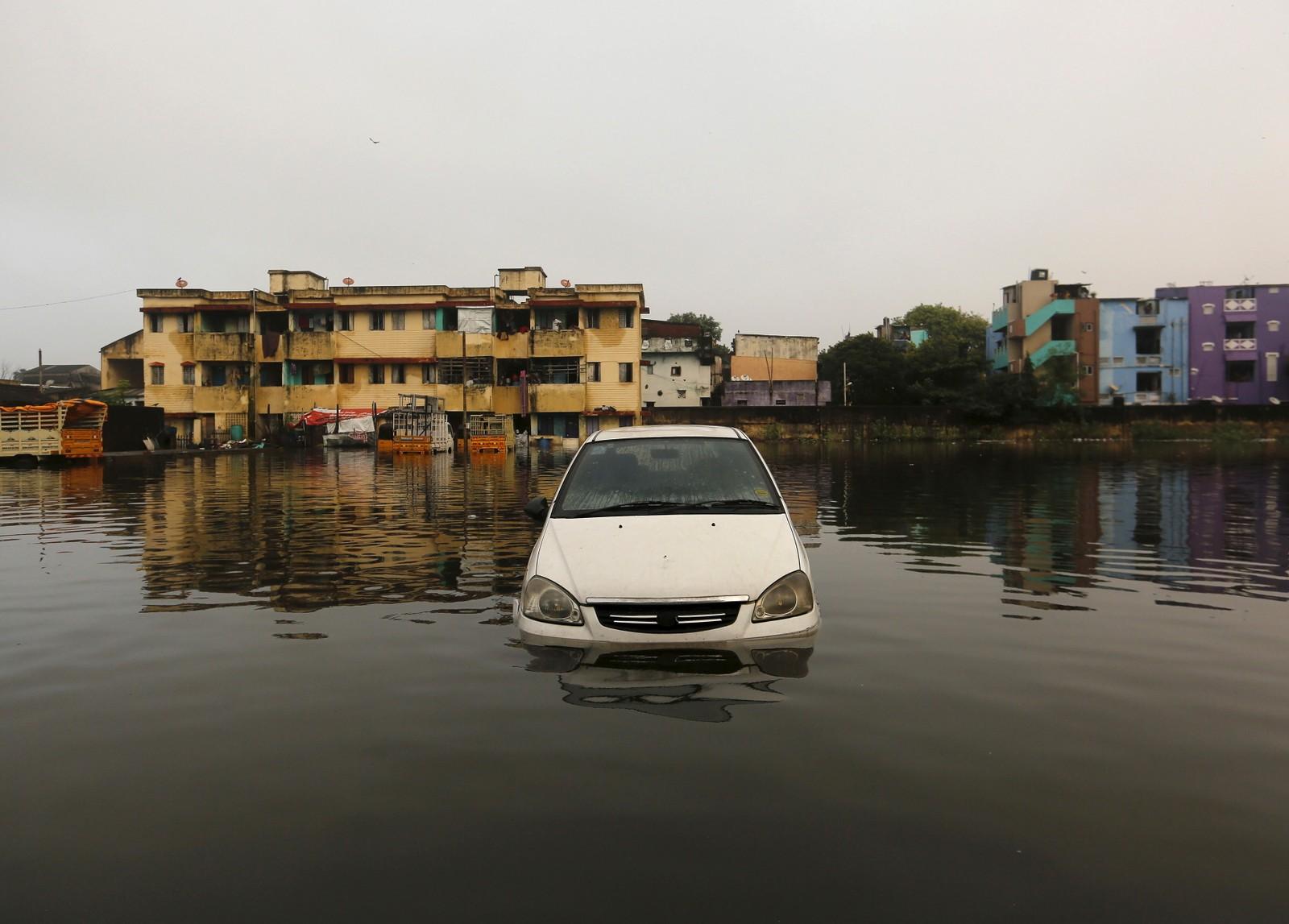 Bilen er halv dekket av vann på en parkeringsplass i Chennai. Dette er det kraftigste regnfallet på hundre år i delstaten Tamil Nadu i India.