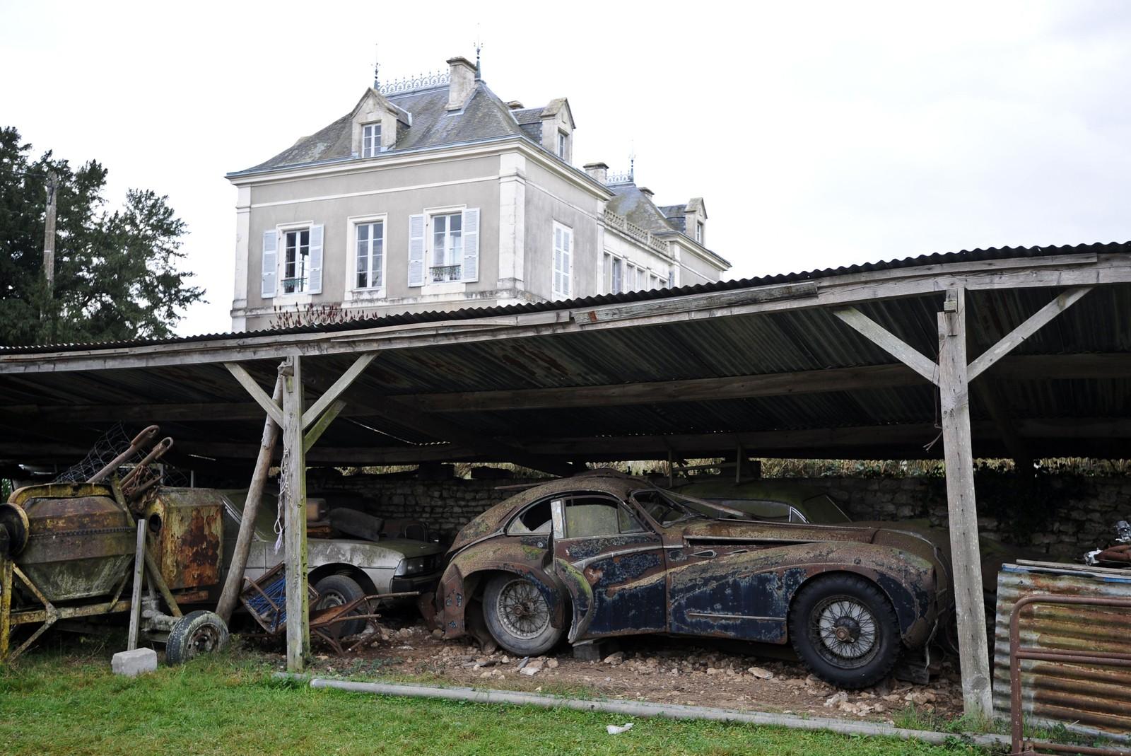 Kun dekket av et gammelt skur stod de fleste bilene ute i all slags vær i flere tiår.