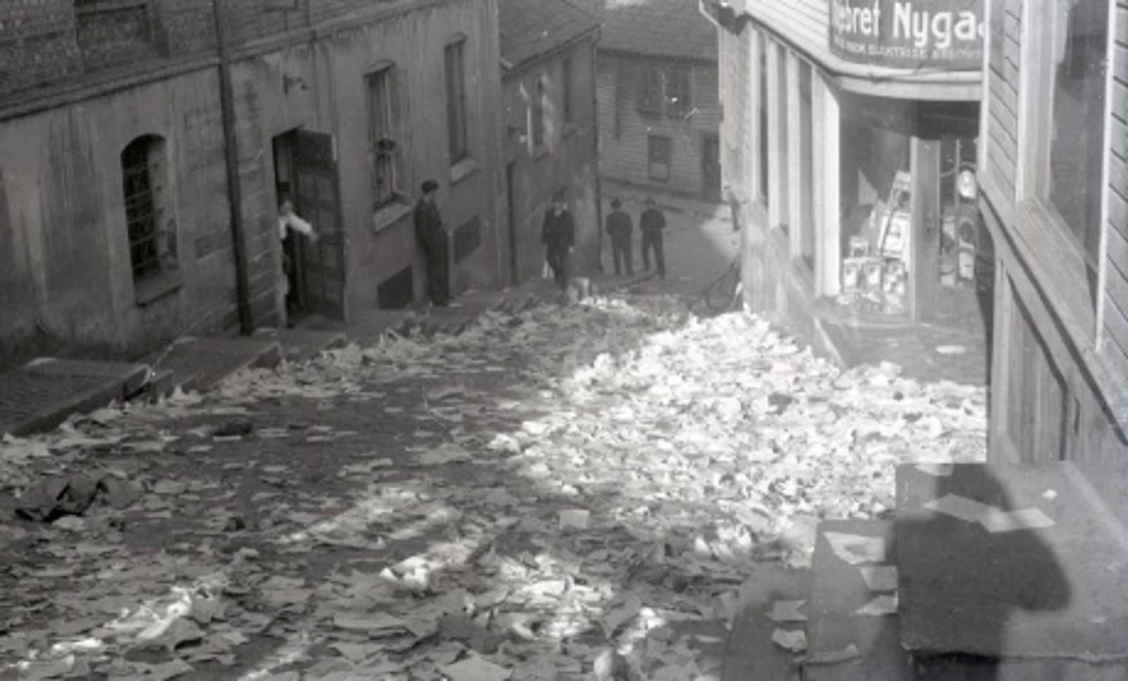 Etter frigjøringen ble kontorene til Nasjonal Samling raidet av byens befolkning og gatene i sentrum fløt med dokumenter.