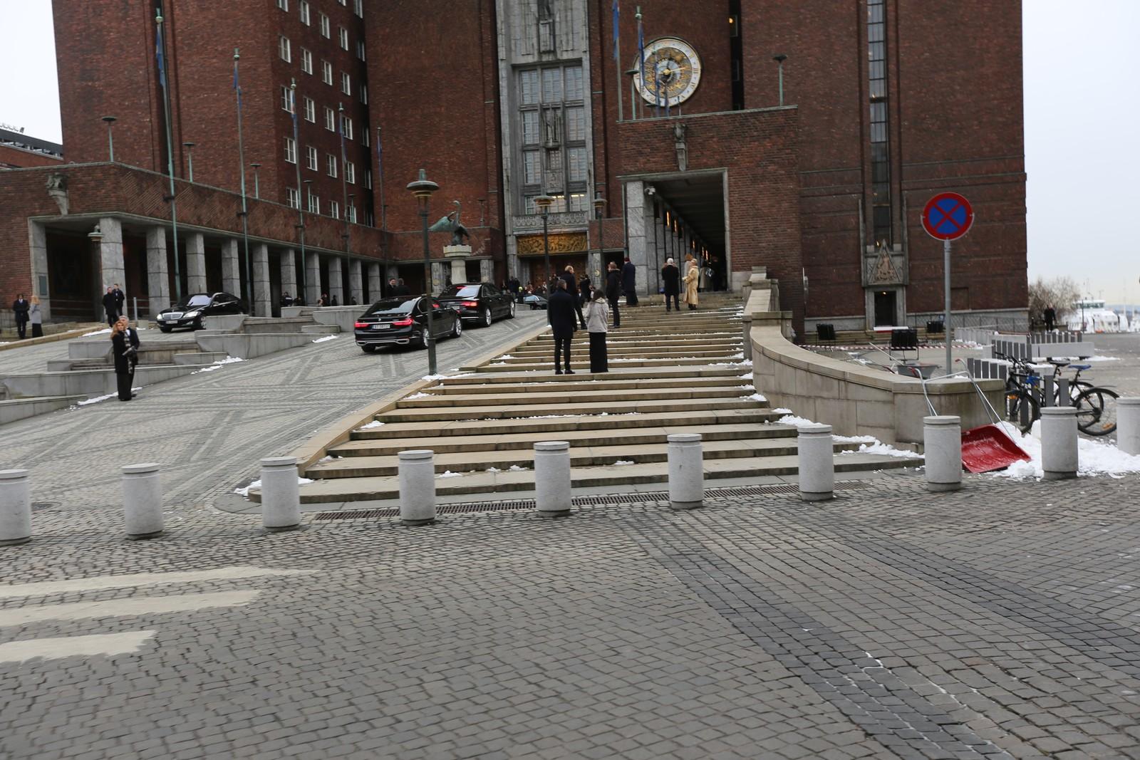 Sorte BMW-biler kjøres opp foran Oslo rådhus til filminnspilling.