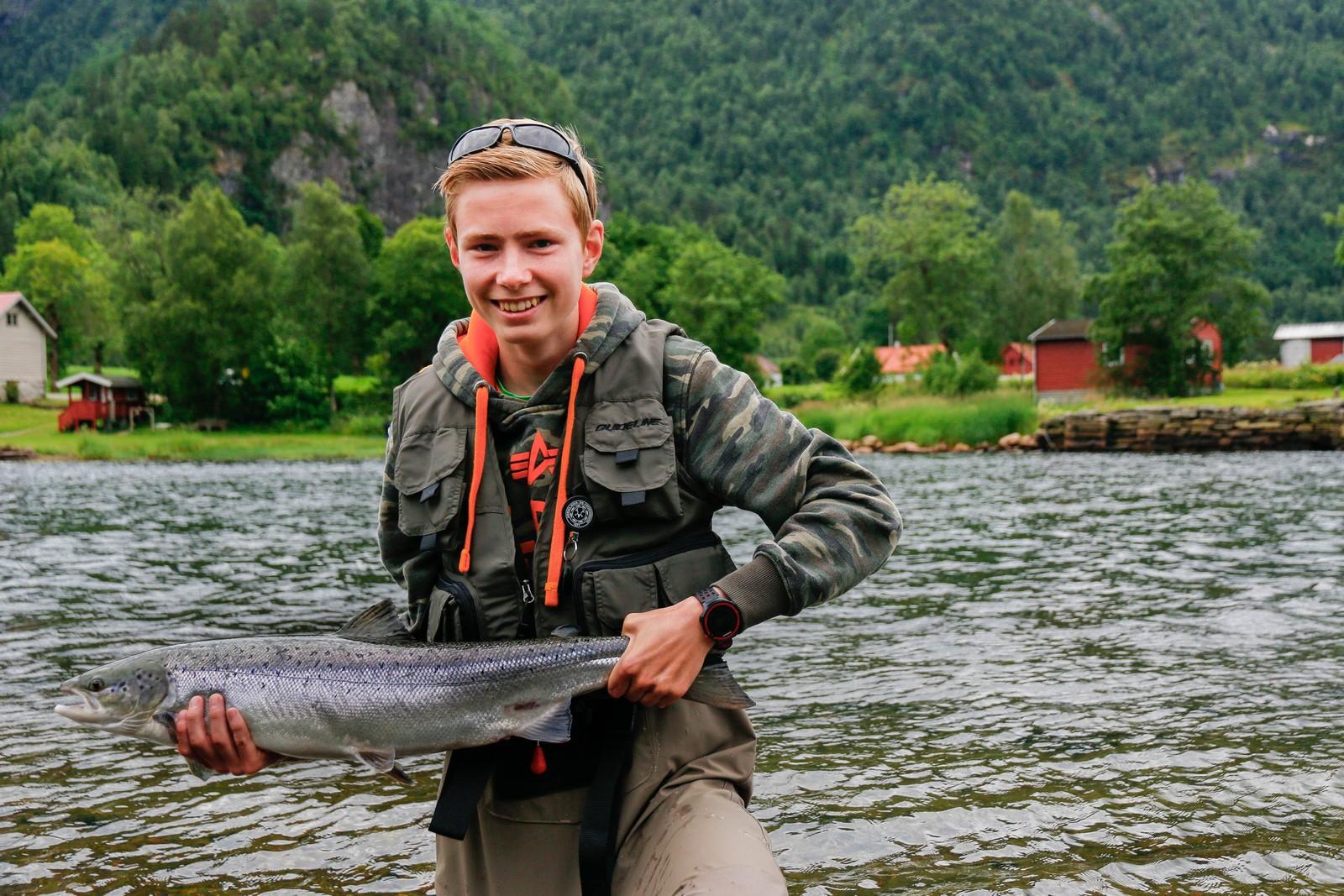 - Det er ei fantastisk kjensle når du drar i land ein slik ein, seier Torbjørn Espeset. Fangsten motiverer han til å fiske meir, og han er snart på plass langs elvebreidda med nye kast.
