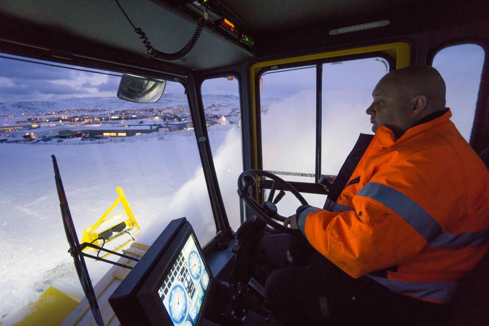 I 24 år har Tore Sundby holdt rullebanen ved Hammerfest lufthavn snøfri. – Vi gir oss aldri.