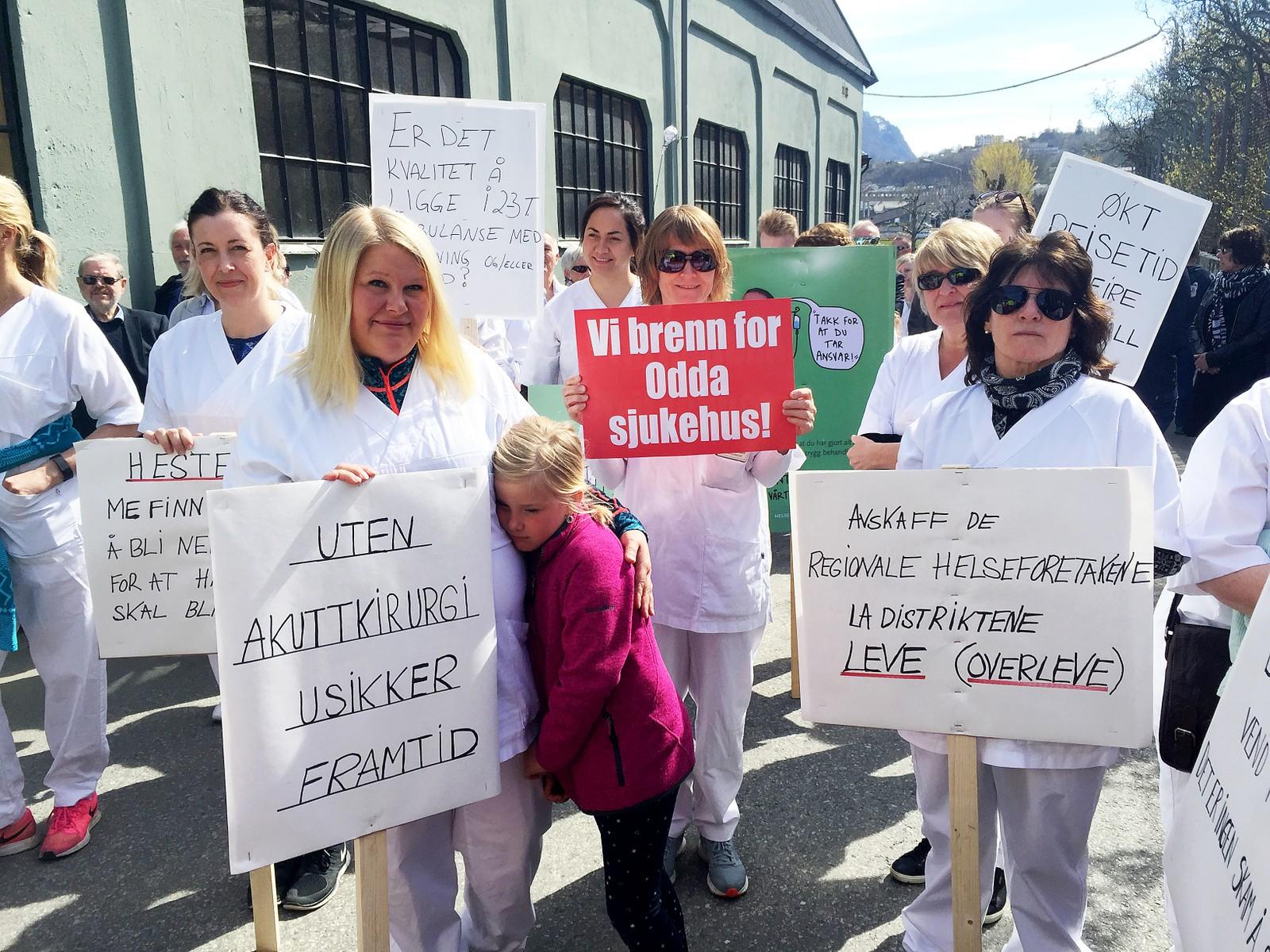 Ansatte ved Odda sykehus protesterer mot nedlegging av akuttkirurgien.