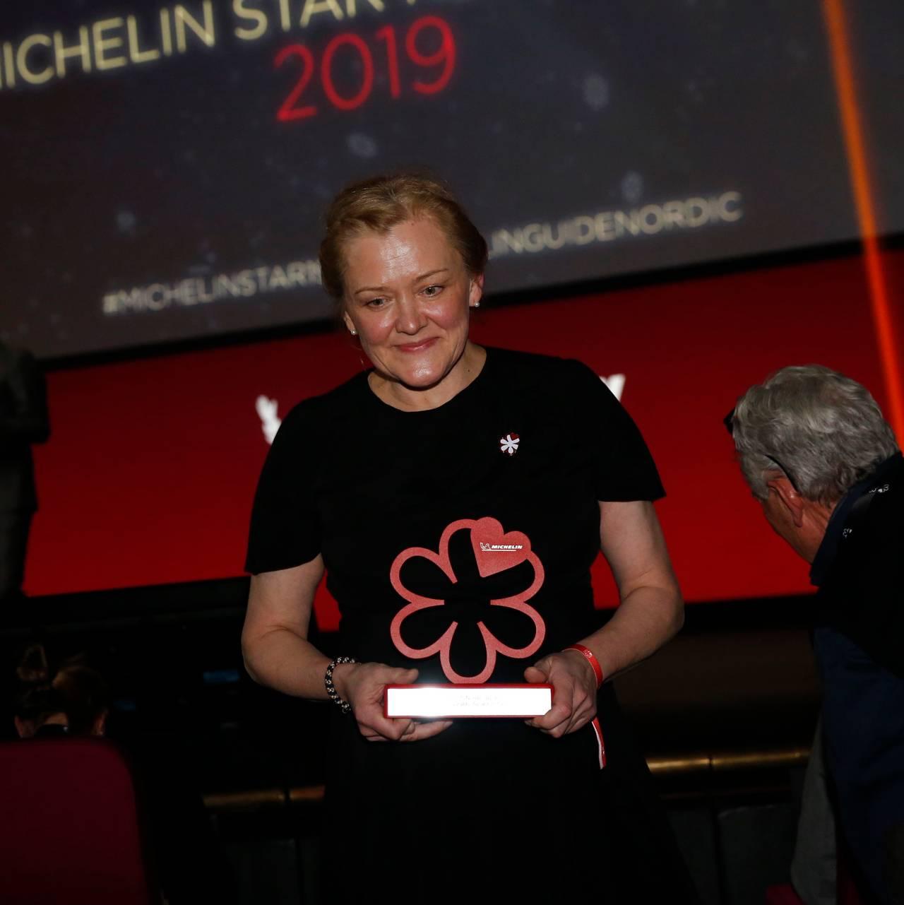 En smilende Heidi Bjerkan går av scenen i Århus under utdelingen av Michelin-stjerner