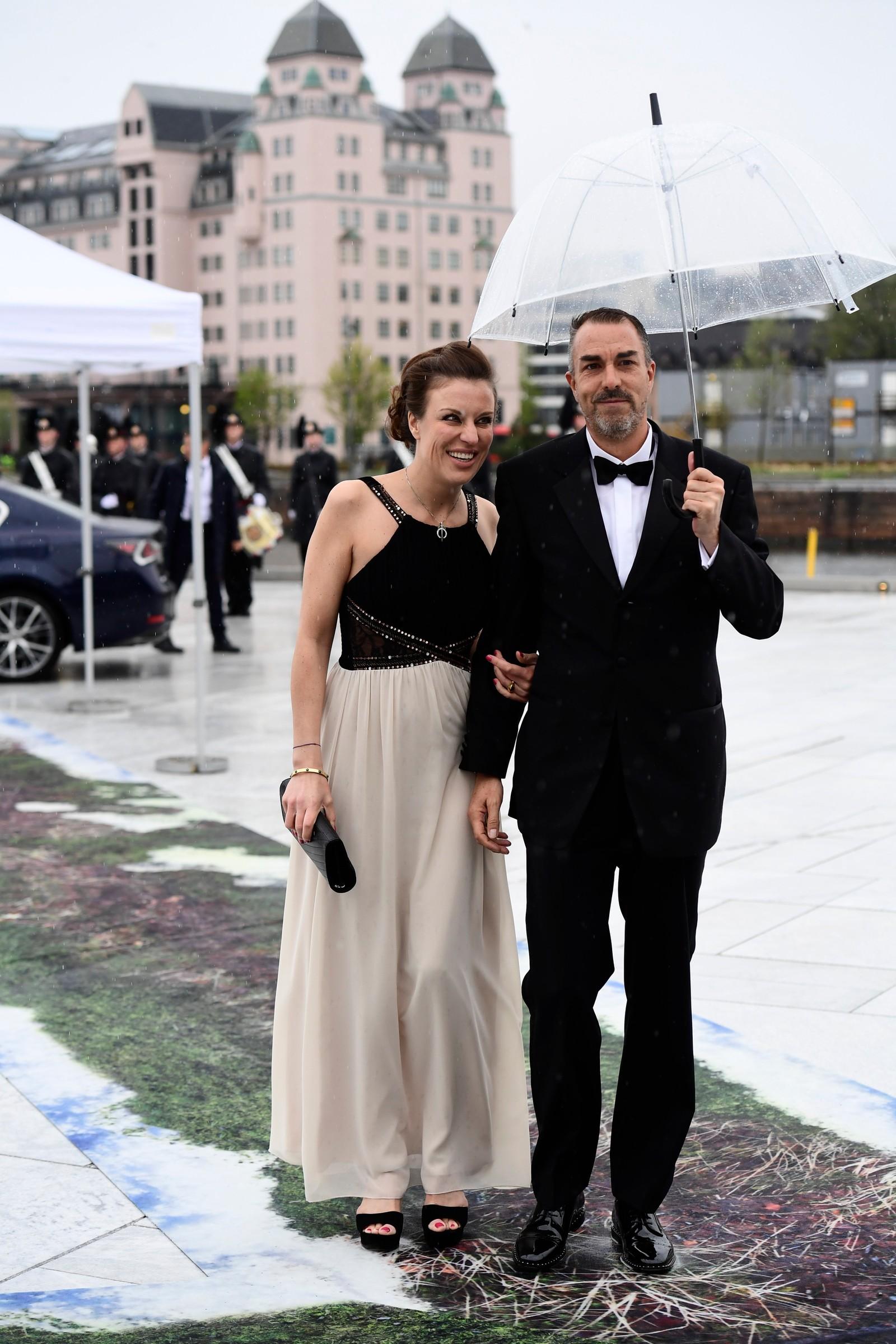 Desirée Kogevinas, datter av kong Haralds kusine grevinne Madeleine Bernadotte, og hennes ledsager Carlos Eugster er blant gjestene.