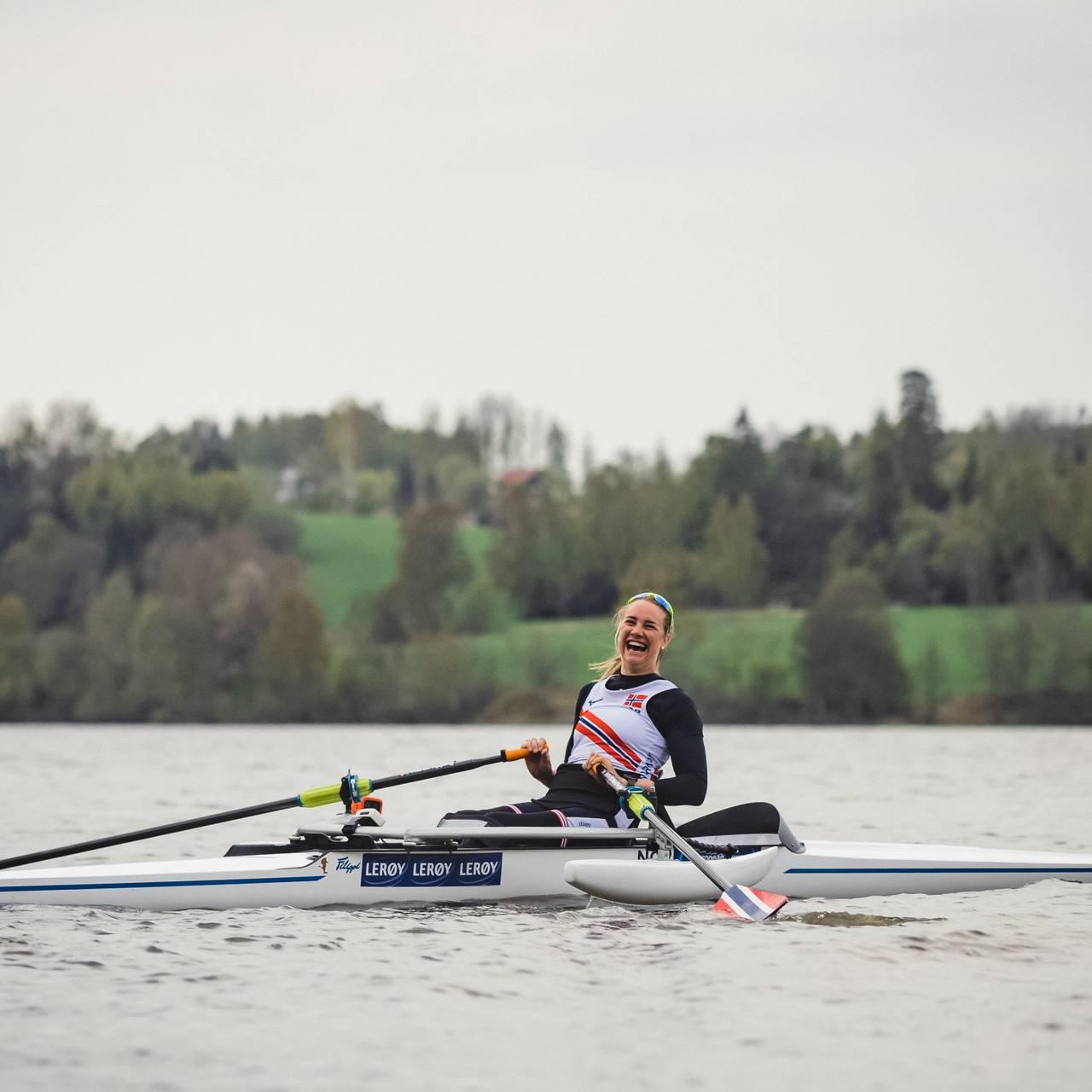 Birgit gliser i båt
