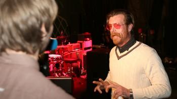 Eagles of Death Metal-frontmann Jesse Hughes valgte Skandinavia for bandets første konserter etter Paris-terroren, og er rørt over mottakelsen bandet fikk under gårsdagens turneåpning i Stockholm.