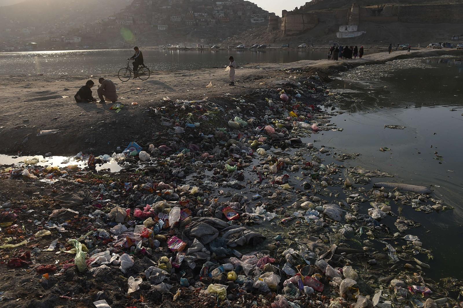 Innbyggere ved den forurensede Shuhadainnsjøen i Kabul i Afghanistan.